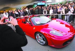 法拉利f430豪华跑车刚刚停靠下来便立即被路人包围.有趣的高清图片