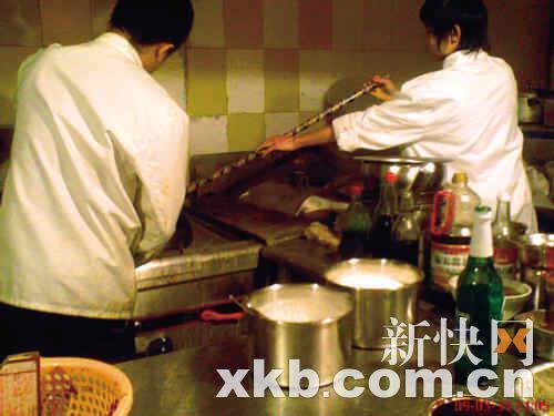 餐馆:猪肠带粪煮蚊蝇满屋飞