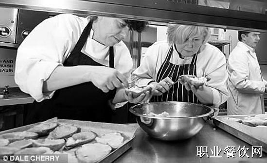 餐厅全部雇用盲人厨师为顾客服务