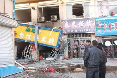 米线店煤气罐突发爆炸厨师食客均被炸伤