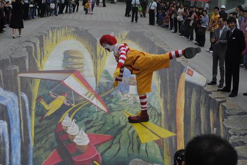 西安一麦当劳前亮相巨幅3D街头地画