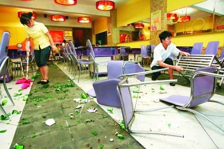 啤酒有沉淀索赔30万遭拒邀人砸餐馆