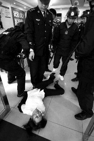 餐馆经理厨师围攻法官法警四人被司法拘留