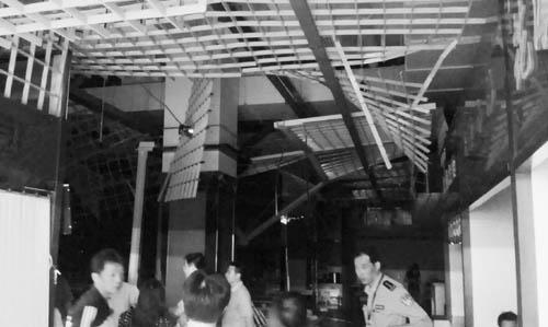 <b>北京一美食广场吊顶塌砸伤5人</b>