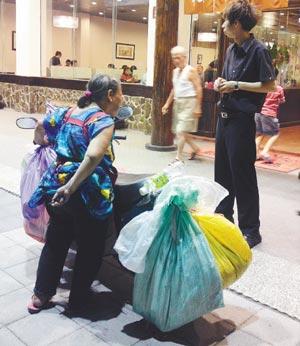 老妇闯餐厅向顾客要钱遭拒即摔盘抗议