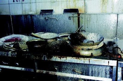 宜昌一餐厅起火员工灭火成功自救