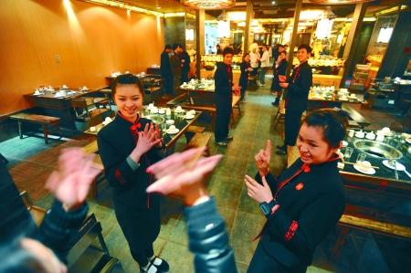 <b>重庆一火锅店服务员都是聋哑人</b>