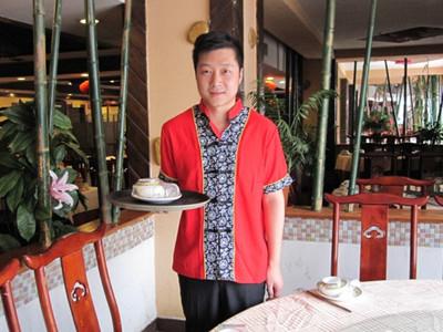 记者体验餐饮服务员工作