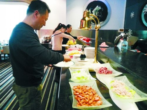 在一家高档饭店内,原本是辅助业务的小火锅则成了现在饭店的重要业务。