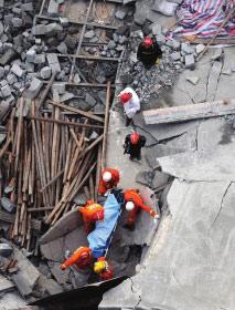 <b>在建酒店餐厅坍塌现已发现两名遇难者(图)</b>