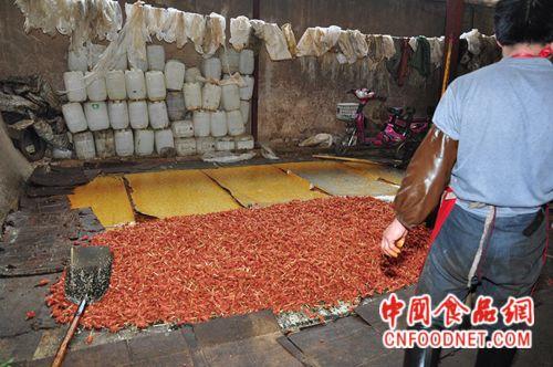 郑州警方查处一黑作坊 每天加工死猪死鸡300斤图