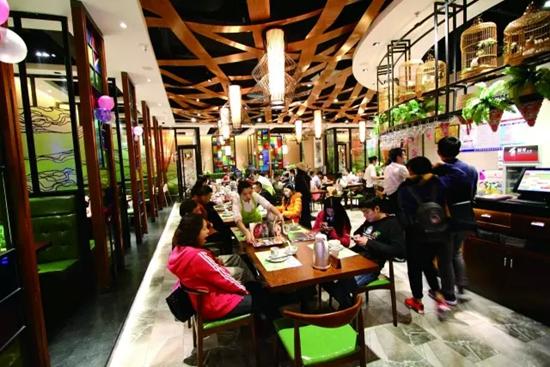 """在大众餐饮时代,开一家贴合市场需求的餐厅,做好细节,创新菜品,将好的食材特点和时代需求结合。  陈寿儒这么做了,""""儒家小馆""""也就""""应运而生""""了。有人说,跑马场附近的太阳新天地广场,一到饭市时间,比花市还要旺。而在广场近百间美食店的竞争中, 儒家小馆经常座无虚席,其中一个原因,就是店中有一位金牌大厨陈寿儒。"""