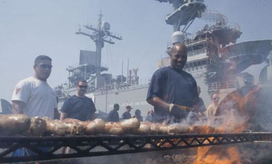 美军航母潜艇举办烤肉大会场面壮观