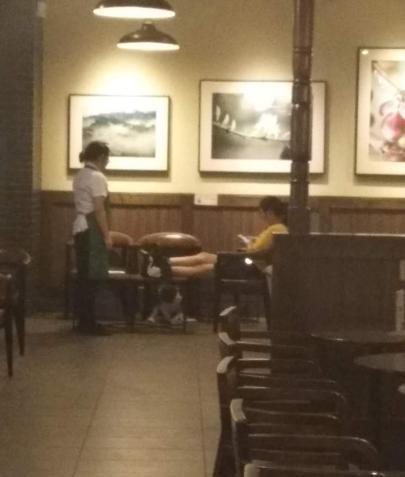 女子星巴克内赤脚搭餐桌上,顾客指责遭吐口水