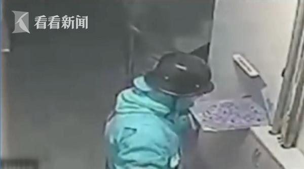 外卖小哥朝披萨吐痰被拍下 最高或面临18年监禁