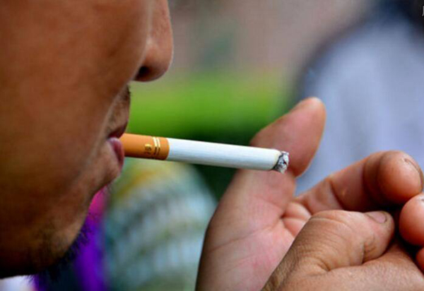 食客饭店内吸烟被一女子劝阻引发争执,孰是孰非引发众多关注