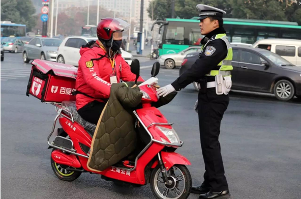 公安部呼吁外卖企业:决不能以牺牲配送员生命安全为代价