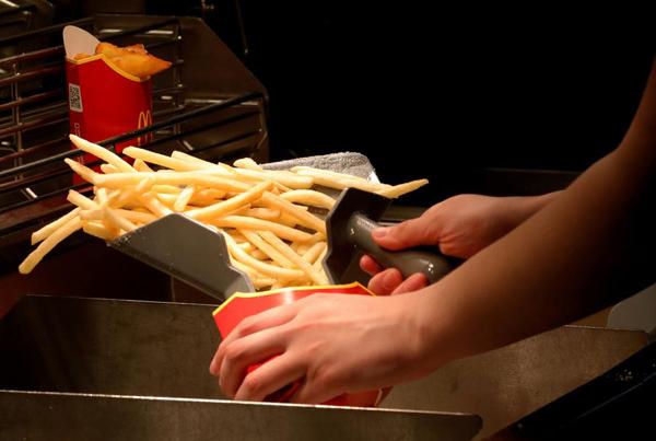 美国一女子麦当劳购薯条,因需多等几分钟在店内拔枪