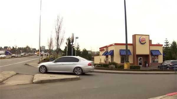 男子被锁厕所遭店员嘲笑,店长赔终身免费吃汉堡后反悔