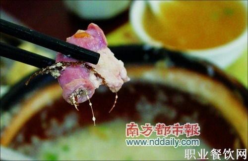 东莞知名快餐店粥里吃出猪粪