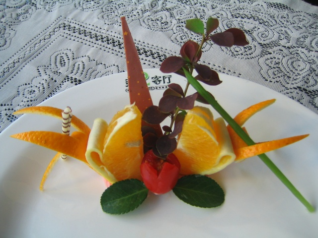菜肴有:色、香、味、形、意,现代的餐具与盘头的搭配更能使菜品提升寓意。 中餐盘头较为平面,西餐注重立体感,现代厨师将之中西结合 并搭配一些西点中的装饰元素,使菜品的感观有极大的提高。 今天与同事随意摆弄几款与大家分享: