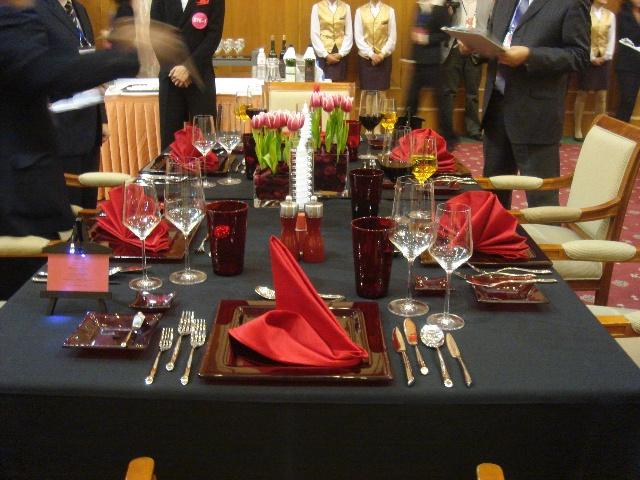 餐饮培训_充满创意的中西餐宴会摆台_餐饮服务技能_职业餐饮网