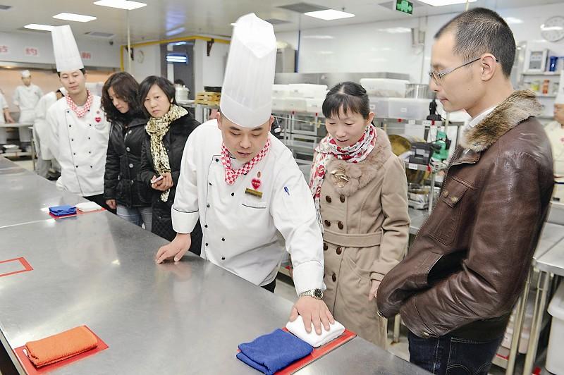 对此,厨师长说,为了保持厨房地面的洁净,厨房工作人员都统一穿塑胶底图片