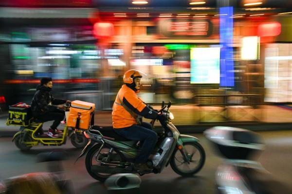 山东潍坊的外卖员骑行为顾客送单。新华社资料图